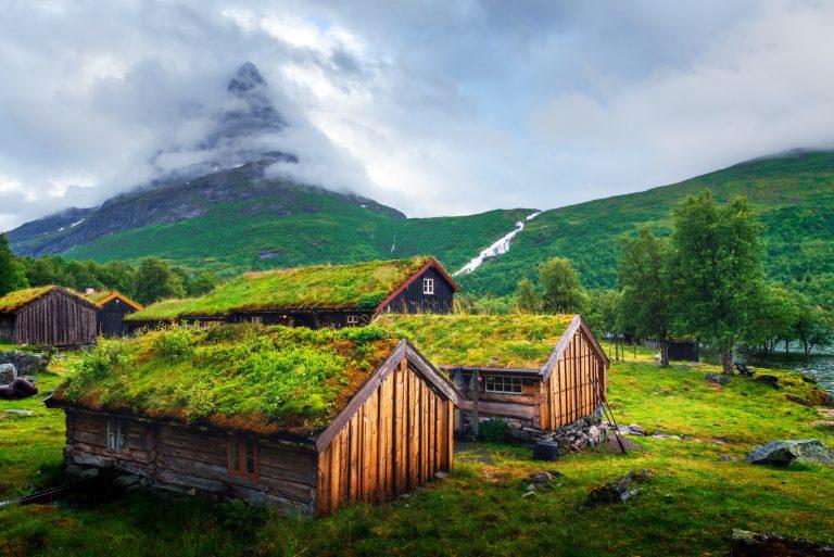 Norske hus med gress på taket